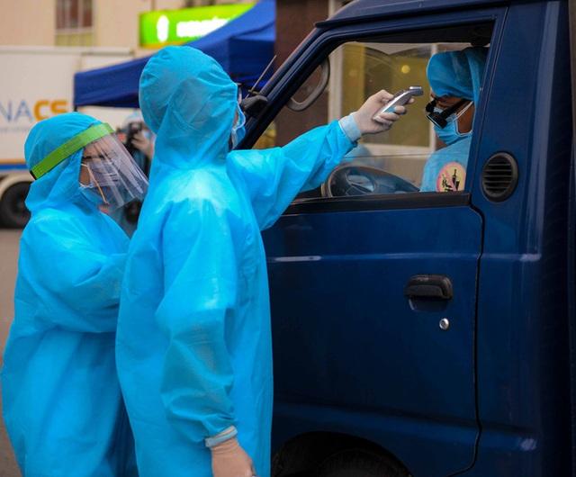 [Ảnh] Đoàn xe ô tô đưa hàng trăm người rời viện Bạch Mai sau khi phun tiêu trùng, khử độc - Ảnh 6.
