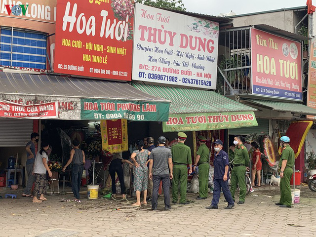 Hà Nội xử lý hàng loạt người không đeo khẩu trang nơi công cộng - Ảnh 7.