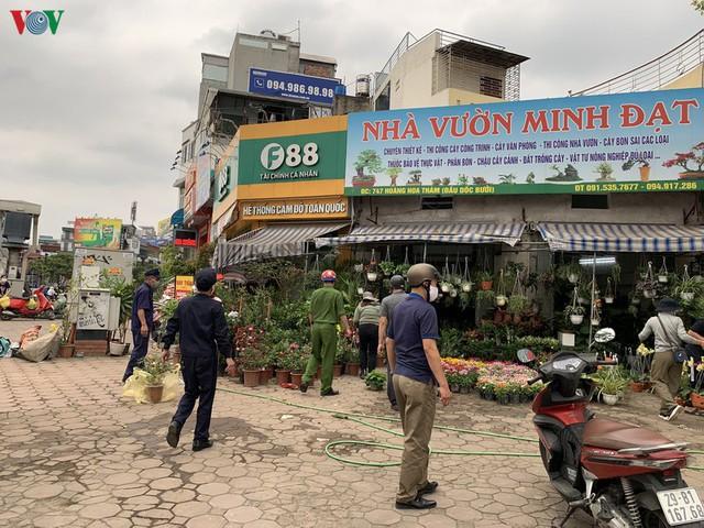 Hà Nội xử lý hàng loạt người không đeo khẩu trang nơi công cộng - Ảnh 8.