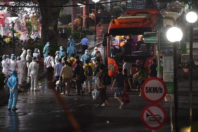 [Ảnh] Đoàn xe ô tô đưa hàng trăm người rời viện Bạch Mai sau khi phun tiêu trùng, khử độc - Ảnh 8.
