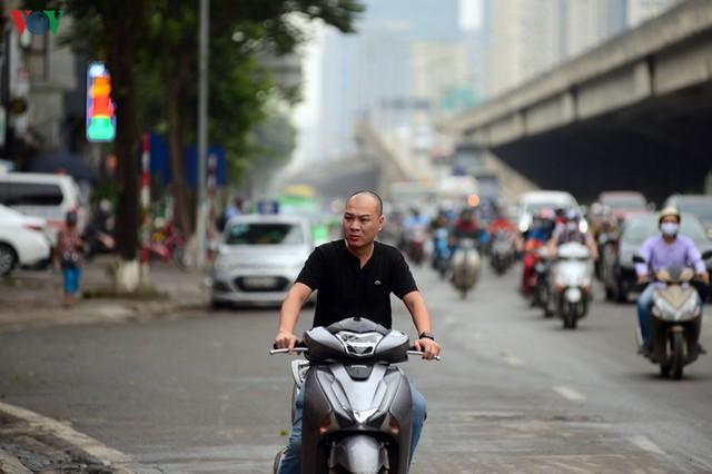 Hà Nội xử lý hàng loạt người không đeo khẩu trang nơi công cộng - Ảnh 10.