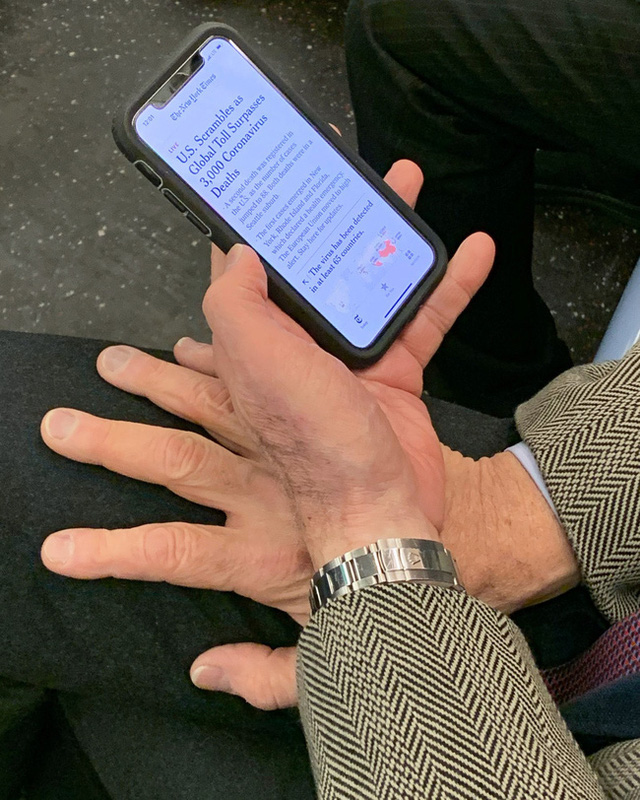 Bộ ảnh Những bàn tay lo âu trên tàu điện được chụp bằng điện thoại chứa đầy sự cô độc, lạ lẫm đến ám ảnh giữa mùa Covid-19 - Ảnh 1.