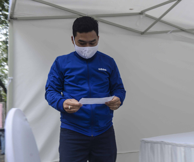 Cận cảnh quá trình xét nghiệm nhanh COVID-19 có kết quả trong 10 phút ở Hà Nội - Ảnh 12.