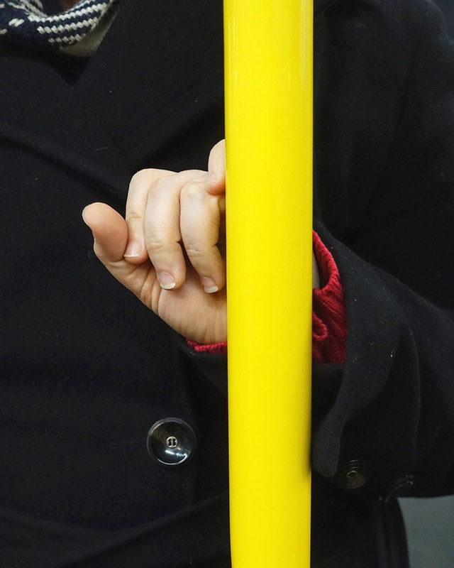 Bộ ảnh Những bàn tay lo âu trên tàu điện được chụp bằng điện thoại chứa đầy sự cô độc, lạ lẫm đến ám ảnh giữa mùa Covid-19 - Ảnh 3.