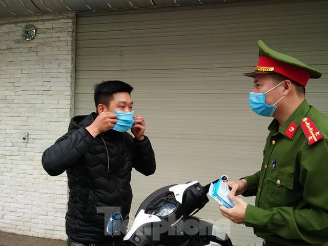 Xử phạt hàng loạt người không đeo khẩu trang khi ra đường ngày đầu cách ly toàn xã hội - Ảnh 3.