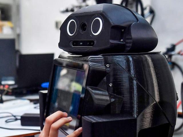 Xem các nước trên thế giới chống đại dịch Covid-19: Ba Lan yêu cầu người dân selfie, Thái dùng robot để bệnh nhân video call với bác sĩ - Ảnh 5.