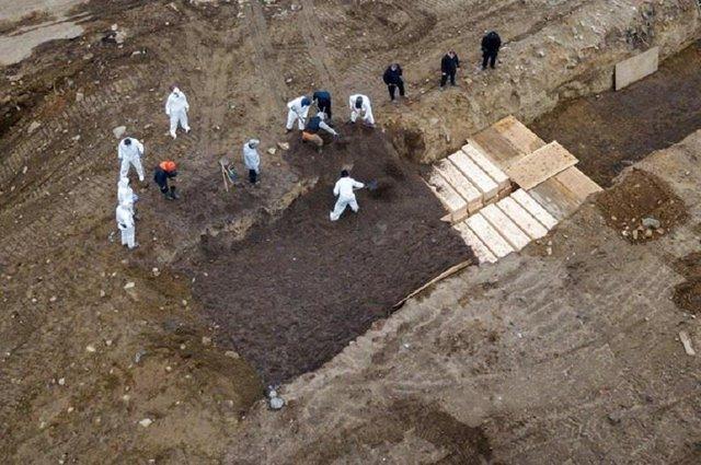 New York thuê lao động tạm thời ra đảo chôn người chết vì COVID-19  - Ảnh 1.