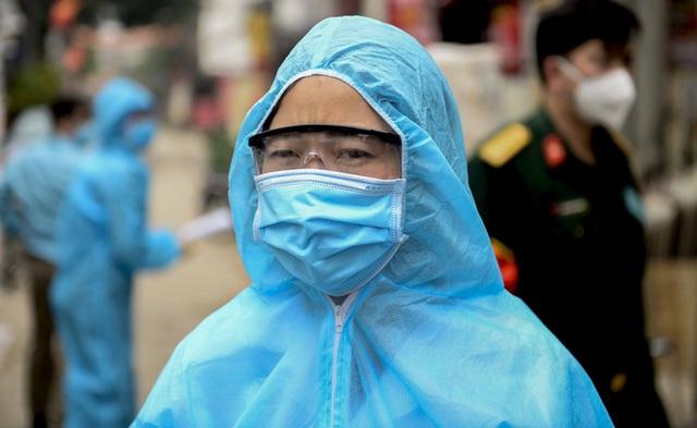 Nữ nhân viên y tế trực chốt tại Hạ Lôi nơi có 5 người mắc COVID-19 bật khóc khi nhắc về con - Ảnh 3.