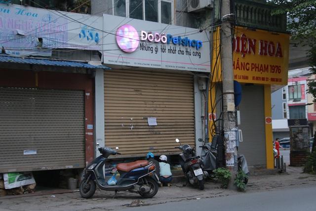 Ảnh: Cửa hàng mở hé cửa, mua bán thò thụt trong những ngày cách ly xã hội - Ảnh 11.