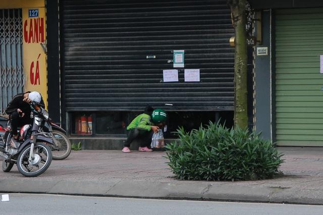Ảnh: Cửa hàng mở hé cửa, mua bán thò thụt trong những ngày cách ly xã hội - Ảnh 5.