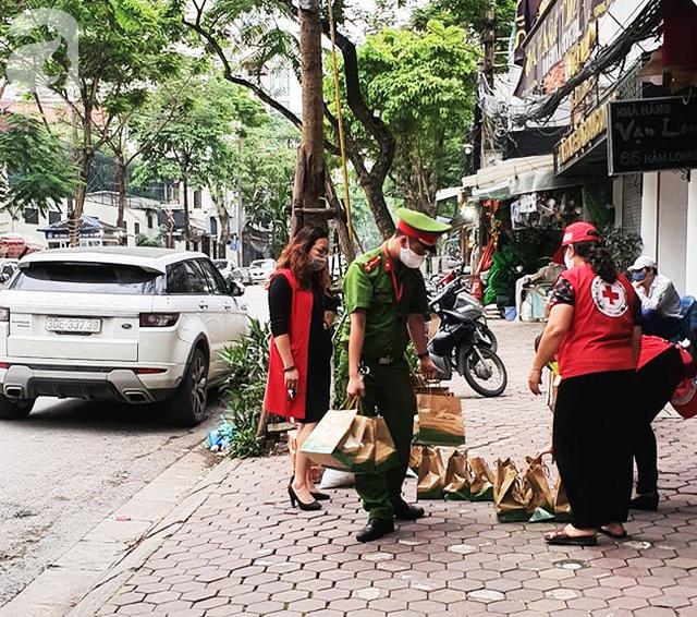 Xuất hiện người đi ô tô đến nhận quà tặng người khó khăn Ai cần cứ đến lấy, giải pháp của nhóm từ thiện khiến nhiều người gật gù đồng tình - Ảnh 7.