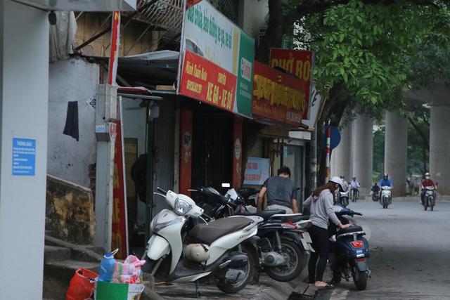 Ảnh: Cửa hàng mở hé cửa, mua bán thò thụt trong những ngày cách ly xã hội - Ảnh 10.