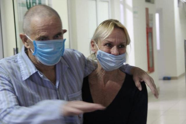 Bệnh nhân mắc covid-19 số 28 người Anh từng phải thở máy đã khỏi bệnh, xuất viện và về nước cùng vợ ngay trong đêm - Ảnh 2.