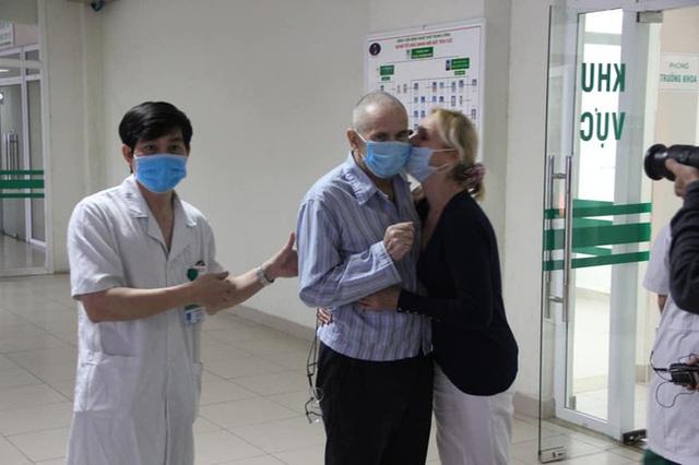 Bệnh nhân mắc covid-19 số 28 người Anh từng phải thở máy đã khỏi bệnh, xuất viện và về nước cùng vợ ngay trong đêm - Ảnh 3.