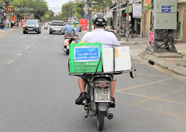 Ấm lòng những suất cơm miễn phí ship tận nơi cho người nghèo ở Đà Nẵng trong mùa dịch Covid-19 - Ảnh 3.