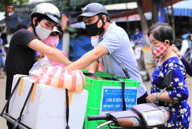 Ấm lòng những suất cơm miễn phí ship tận nơi cho người nghèo ở Đà Nẵng trong mùa dịch Covid-19 - Ảnh 4.