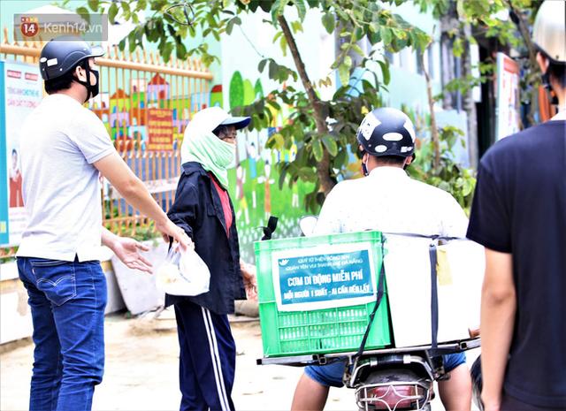 Ấm lòng những suất cơm miễn phí ship tận nơi cho người nghèo ở Đà Nẵng trong mùa dịch Covid-19 - Ảnh 10.