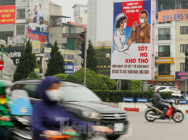 Hà Nội: Người ra đường tăng đột biến trong ngày đầu gia hạn giãn cách xã hội - Ảnh 1.