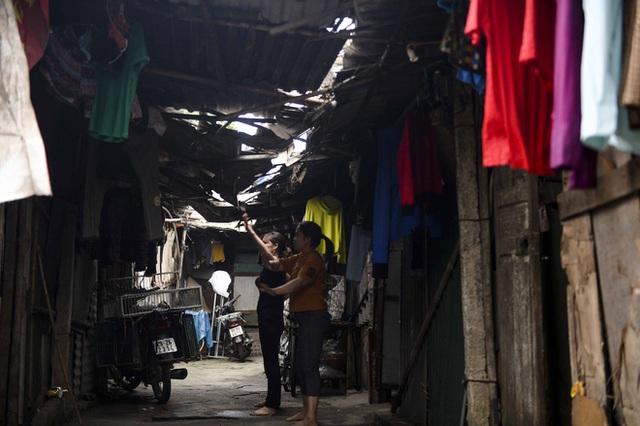 Người nghèo sống dưới chân cầu Long Biên chật vật xoay xở mưu sinh trong dịch COVID-19 - Ảnh 19.