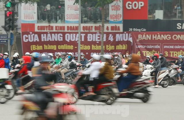 Hà Nội: Người ra đường tăng đột biến trong ngày đầu gia hạn giãn cách xã hội - Ảnh 3.