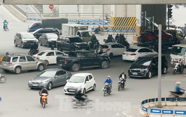 Hà Nội: Người ra đường tăng đột biến trong ngày đầu gia hạn giãn cách xã hội - Ảnh 4.