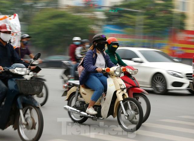Hà Nội: Người ra đường tăng đột biến trong ngày đầu gia hạn giãn cách xã hội - Ảnh 5.