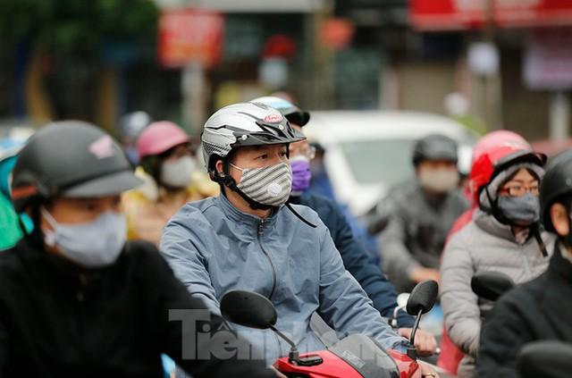 Hà Nội: Người ra đường tăng đột biến trong ngày đầu gia hạn giãn cách xã hội - Ảnh 7.