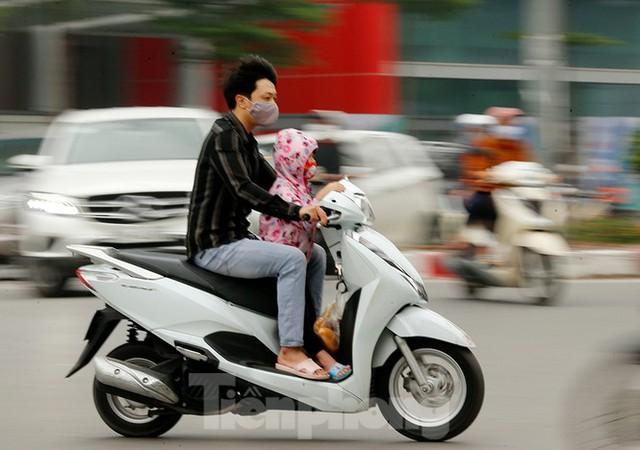 Hà Nội: Người ra đường tăng đột biến trong ngày đầu gia hạn giãn cách xã hội - Ảnh 8.