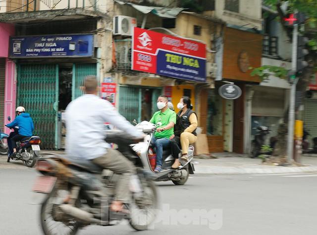 Hà Nội: Người ra đường tăng đột biến trong ngày đầu gia hạn giãn cách xã hội - Ảnh 9.