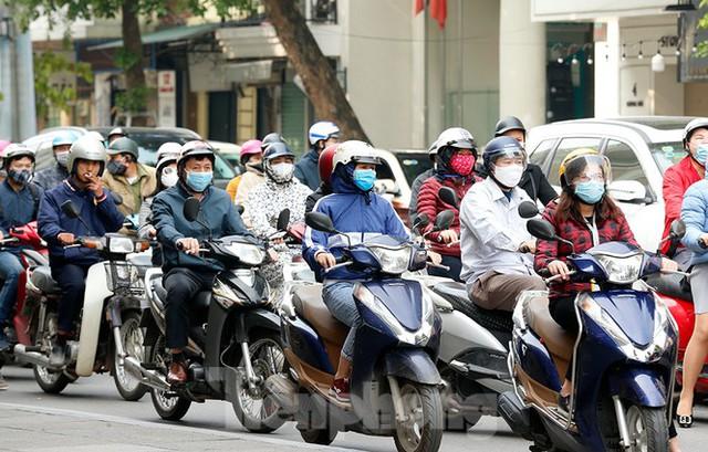 Hà Nội: Người ra đường tăng đột biến trong ngày đầu gia hạn giãn cách xã hội - Ảnh 10.