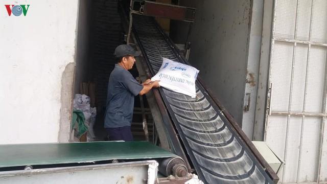 Doanh nghiệp than phiền vì không xuất khẩu được gạo - Ảnh 1.