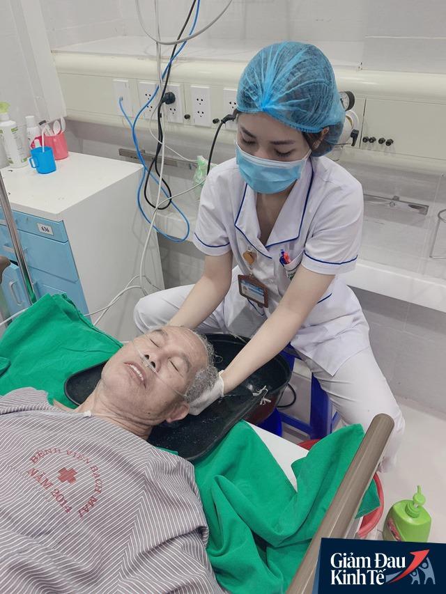 Ngủ ít, nhịn vệ sinh suốt 6 tiếng, mặt đầy vết hằn, gặp người thân qua hàng rào cách ly: Những bức ảnh chân thực nhất về y bác sĩ Việt Nam nơi tuyến đầu chống dịch Covid-19 - Ảnh 6.