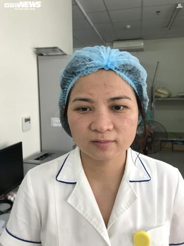 Ngủ ít, nhịn vệ sinh suốt 6 tiếng, mặt đầy vết hằn, gặp người thân qua hàng rào cách ly: Những bức ảnh chân thực nhất về y bác sĩ Việt Nam nơi tuyến đầu chống dịch Covid-19 - Ảnh 14.