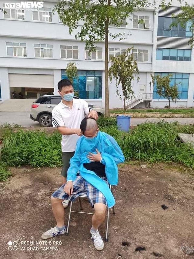 Ngủ ít, nhịn vệ sinh suốt 6 tiếng, mặt đầy vết hằn, gặp người thân qua hàng rào cách ly: Những bức ảnh chân thực nhất về y bác sĩ Việt Nam nơi tuyến đầu chống dịch Covid-19 - Ảnh 9.
