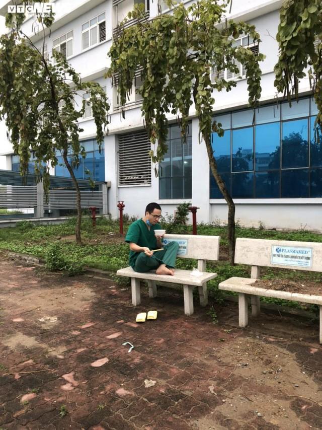 Ngủ ít, nhịn vệ sinh suốt 6 tiếng, mặt đầy vết hằn, gặp người thân qua hàng rào cách ly: Những bức ảnh chân thực nhất về y bác sĩ Việt Nam nơi tuyến đầu chống dịch Covid-19 - Ảnh 12.