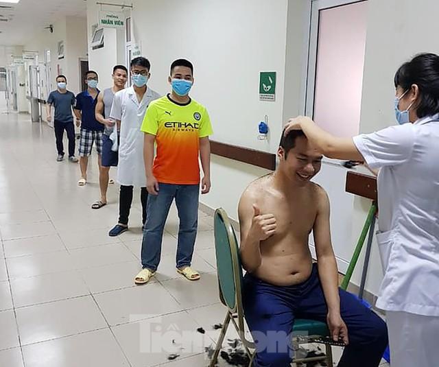 Ngủ ít, nhịn vệ sinh suốt 6 tiếng, mặt đầy vết hằn, gặp người thân qua hàng rào cách ly: Những bức ảnh chân thực nhất về y bác sĩ Việt Nam nơi tuyến đầu chống dịch Covid-19 - Ảnh 8.