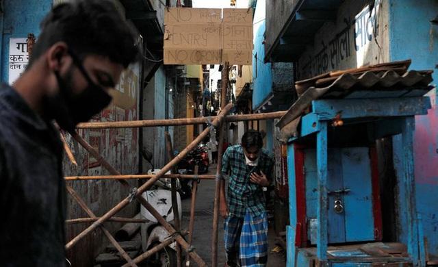 Cuộc sống ở một trong những khu ổ chuột lớn nhất Châu Á trong những ngày áp đặt lệnh phong tỏa toàn Ấn Độ giữa dịch Covid-19 - Ảnh 4.
