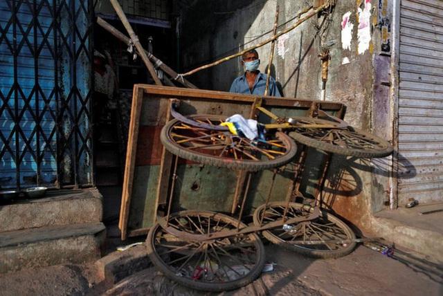 Cuộc sống ở một trong những khu ổ chuột lớn nhất Châu Á trong những ngày áp đặt lệnh phong tỏa toàn Ấn Độ giữa dịch Covid-19 - Ảnh 8.