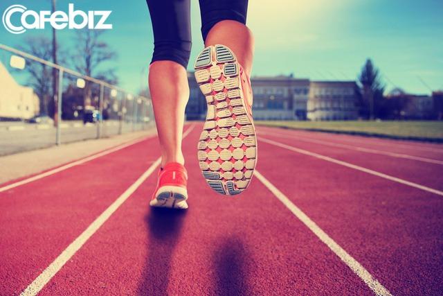 Kiên trì chạy bộ, từ một người không thể chạy quá 100m đến ẵm giải nhất marathon, tôi đã học được bài học lớn - Ảnh 2.