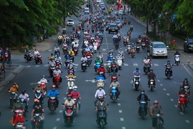 [Ảnh] Đường phố nhộn nhịp trở lại, các phương tiện chen chân chờ đèn đỏ ngày đầu tiên hết cách ly toàn xã hội ở TP.HCM - Ảnh 2.