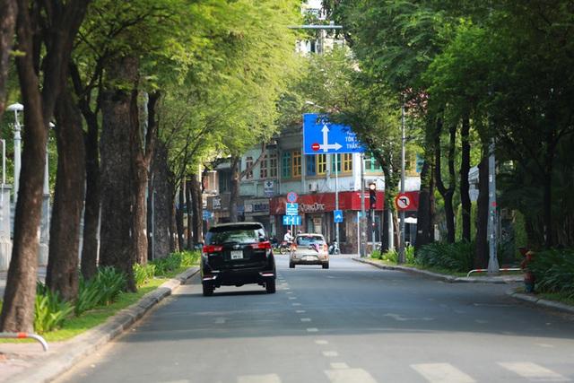[Ảnh] Đường phố nhộn nhịp trở lại, các phương tiện chen chân chờ đèn đỏ ngày đầu tiên hết cách ly toàn xã hội ở TP.HCM - Ảnh 11.