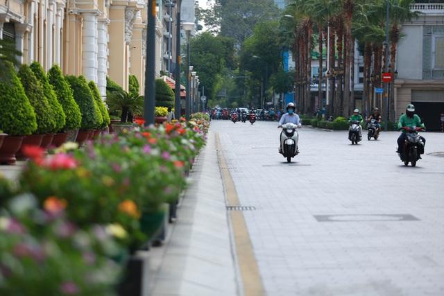 [Ảnh] Đường phố nhộn nhịp trở lại, các phương tiện chen chân chờ đèn đỏ ngày đầu tiên hết cách ly toàn xã hội ở TP.HCM - Ảnh 12.