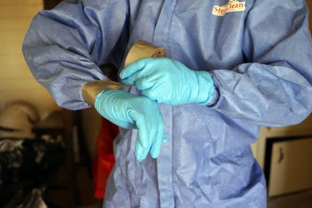 Một ngày làm việc 16 tiếng của nhân viên khử trùng trong đại dịch COVID-19 tại Mỹ - Ảnh 3.