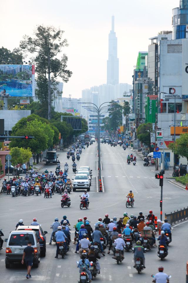 [Ảnh] Đường phố nhộn nhịp trở lại, các phương tiện chen chân chờ đèn đỏ ngày đầu tiên hết cách ly toàn xã hội ở TP.HCM - Ảnh 4.