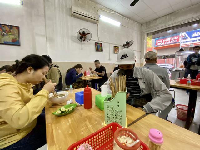 Dừng cách ly xã hội, hàng quán Hà Nội không vội mở cửa trở lại - Ảnh 4.