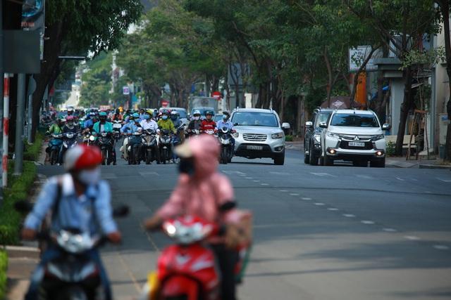 [Ảnh] Đường phố nhộn nhịp trở lại, các phương tiện chen chân chờ đèn đỏ ngày đầu tiên hết cách ly toàn xã hội ở TP.HCM - Ảnh 5.