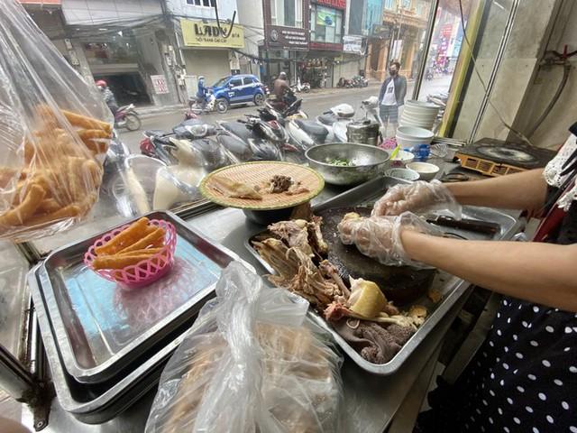 Dừng cách ly xã hội, hàng quán Hà Nội không vội mở cửa trở lại - Ảnh 5.