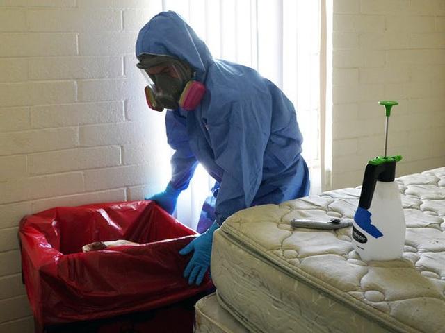 Một ngày làm việc 16 tiếng của nhân viên khử trùng trong đại dịch COVID-19 tại Mỹ - Ảnh 6.
