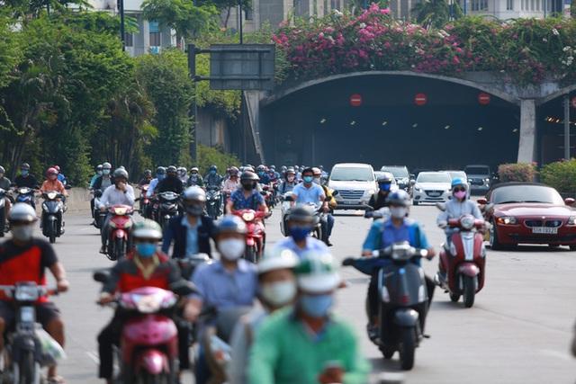[Ảnh] Đường phố nhộn nhịp trở lại, các phương tiện chen chân chờ đèn đỏ ngày đầu tiên hết cách ly toàn xã hội ở TP.HCM - Ảnh 7.