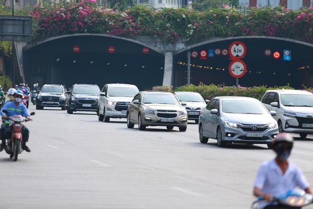 [Ảnh] Đường phố nhộn nhịp trở lại, các phương tiện chen chân chờ đèn đỏ ngày đầu tiên hết cách ly toàn xã hội ở TP.HCM - Ảnh 8.